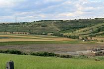 """Pozemkové úpravy v Otnicích se zaměří třeba na vinohrady mezi vesnicí a Lovčičkami. """"Nyní tam pozemky představují úzké svislé pásy. Uživatelsky ale dává smysl vodorovné uspořádání,"""" vysvětlil starosta Otnic Pavel Prokop."""