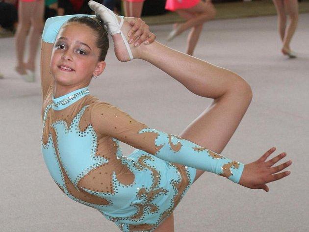 Mladá, úspěšná moderní gymnastka SK Trasko Vyškov Eva Schmiedová se tomuto sportu věnuje již pět a půl let.