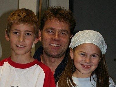 Libor Karas se svými dětmi, se kterými provádí spoustu skopičin.