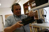 Letonický starosta Jiří Skokan sbírá rádia a televize. Teď je představuje na výstavě v místní knihovně.