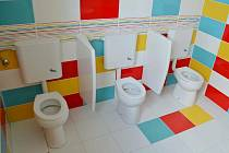 Měli problémy s vodou. Pro děti zrekonstruovali toalety.