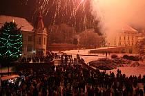 Silvestrovská noc na náměstí ve Slavkově u Brna.