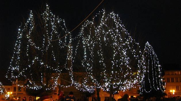 V neděli po setmění zástupci radnice slavnostně rozsvítili vánoční strom ve Vyškově. Diváci zhlédli i kulturní program plný koled. Vánoční strom letos dostala radnice od dárce z Dědic.