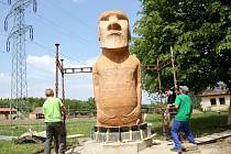 Přesná kopie jedné ze soch Moai z Velikonočního ostrova zdobí areál bývalých kasáren v Bohdalicích na Vyškovsku.