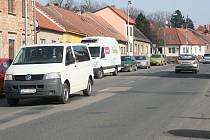 Řidič, který chce projet celým městem, začne ve Špitálské ulici, kde jsou momentálně potíže s auty parkujícími po obou stranách.