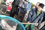 Spolek Horák se pustil do výlovu zadního pavlovického rybníka po roce a půl. Příchozí obdivovali mnohakilové kusy kaprů i dalších druhů ryb.
