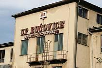 ZAŠLÁ SLÁVA. Pohled na budovy areálu bývalého UP Bučovice nabízí nevábný pohled návštěvníkům, kteří do města přijíždí vlakem. To se ale možná brzy změní, protože nový majitel chce komplex smysluplně využít.