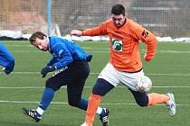Poslední zápasy v rámci zimní přípravy mají před sebou fotbalisté Vyškova a Rousínova. Snímek je z jejich vzájemného střetnutí na zimním turnaji v Líšni, který Vyškov vyhrál jasně 3:0. Vyškovského Sigmunda (v modrém) zastavil Kubala.