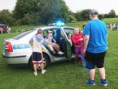 Na medlovickém sportovním hřišti si děti vyzkoušely střelbu z pušky a luku, slaňování a většina se projela i v policejním autě.