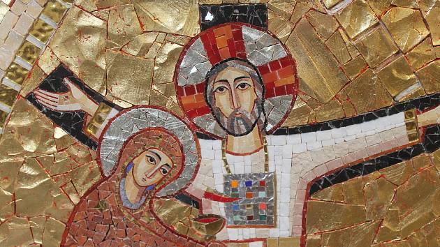 Nové vybavení kostela zlobí pestré mozaiky.