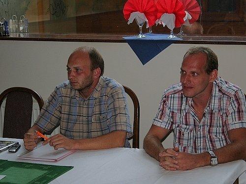 Předseda čerstvě vzniklého hokejového klubu HK Vyškov 2007 Miroslav Krotil (vlevo) spolu s trenérem Robertem Holým prozradili na tiskové konferenci podrobnosti ohledně svého působení na krajské úrovni.