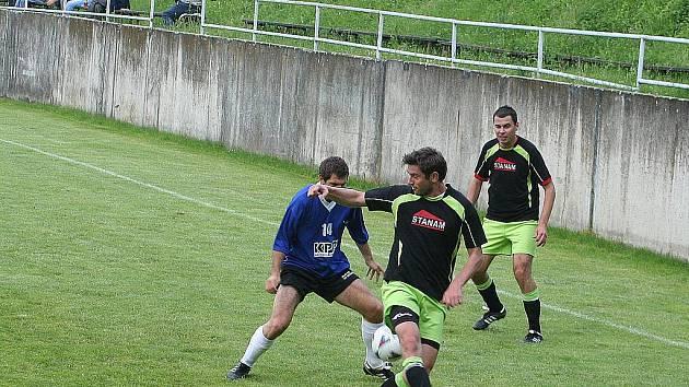 POSTUPUJÍ. V pořadu tipovací soutěže Fortuna ligy se často objevovaly i Dražovice. Snímek je z jejich  utkání s FC Svratka v Brně, v němž výhrou 4:2 potvrdily svůj postup do I.A třídy.