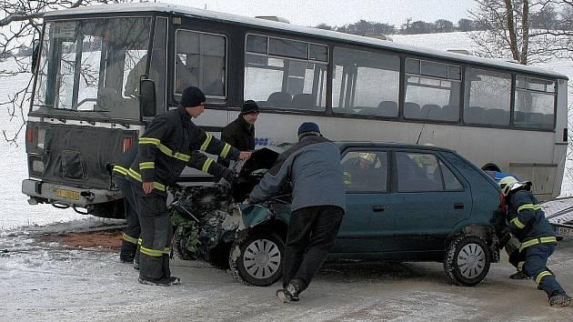 Ve Hvězdlicích se v pátek ráno srazilo auto s autobusem.