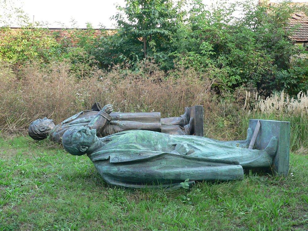 Po revoluci socha skončila uskladněná ve zbrojnici místního sboru dobrovolných hasičů. Kromě sochy Klementa Gottwalda zde skončila také socha Vladimíra Iljiče Lenina, která dřív stála před budovou vyškovského domu dětí a mládeže.