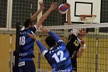 Ve třetím čtvrtfinále play-off I. ligy volejbalistů vyhrál Sokol Bučovice (modré dresy) ve Velkém Meziříčí 3:0 a celou sérii na zápasy stejným poměrem. Bučovice postoupily do semifinále.