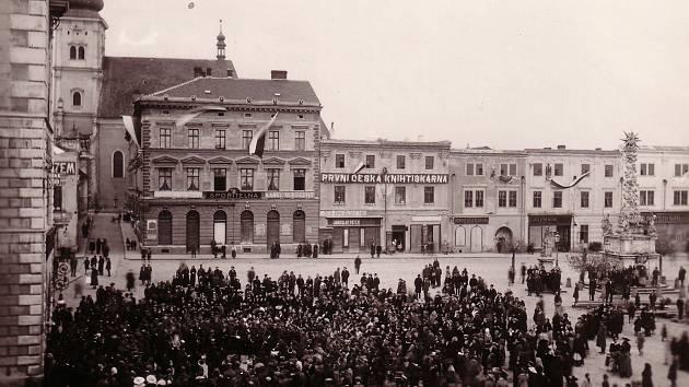 Shromáždění Vyškovanů na náměstí 29. října 1918. K obyvatelům promluvil starosta Jan Venhuda, který potvrdil převrat a to, že je naše země konečně svobodná. Také v centru města zavlály vlajky v národních barvách.