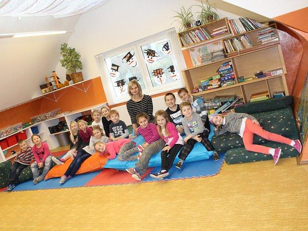 Žáci 1.třídy ze ZŠ Bošovice spaní učitelkou Blankou Valianovou.