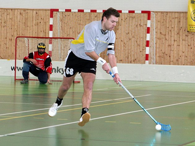 Týmový šéf a bučovický kapitán Ladislav Dufek si srovnává míček na holi, aby ho poslal do ohně před soupeřovu branku. Se spoluhráči si v sobotu připsal ze dvou možností jednu výhru.