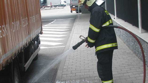 Kyselinu, která při havárii u EDP vytekla z baterií, hasiči spláchli do kanálu.