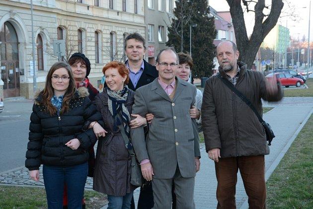 Ivan Novotný obklopený kolegy ze spolku.