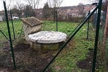Studnu, do které v létě spadli dva chlapci z mateřské školy v Bohdalicích-Pavlovicích, nechala obec oplotit.