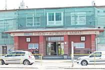 Po krytých zastávkách na vyškovském autobusovém nádraží volají cestující nejen z Vyškova řadu let. Mají se jich dočkat v příštím roce. Nyní se dělníci pustili do obnovy fasády nádražní budovy, hotovo budou mít do konce prázdnin.