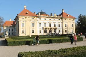 Zámek Slavkov se nachází přímo v centru města.