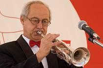 Nejenom v obleku za pracovním stolem v ředitelně Městského kulturního střediska ve Vyškově, ale také v kostýmu a s trumpetou v dechovém souboru Vyškovská desítka a v Big bandu. Tak znají Vyškované Jiřího Čepána.