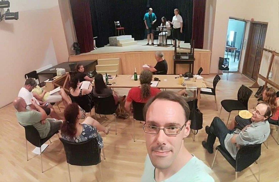 Křenovičtí ochotníci a fotografie ze zkoušky na představení Za sušenou vodou.