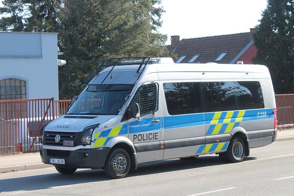 Policisté vyšetřují násilný trestný čin.
