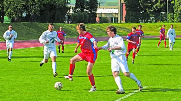 Jedenácté místo z uplynulé sezony Rousínovu (hraje v bílém) nestačí. V nadcházejícím divizním ročníku chtějí skončit do osmého místa.