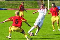 Na nešťastný domácí vstup do letošní divize už vyškovští fotbalisté zapomněli. Tehdy jim v utkání proti Ždírci nad Doubravou, v němž takto obranou soupeře pronikal David Lang, sice selhalo zakončení, ale od té doby jim už střelecký prach nezvlhl.