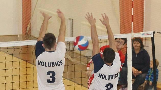 Druholigoví volejbalisté teprve rozehráli odvetnou část soutěže, ale utkání Drásova v Holubicích už mělo nádech boje o konečné třetí místo.