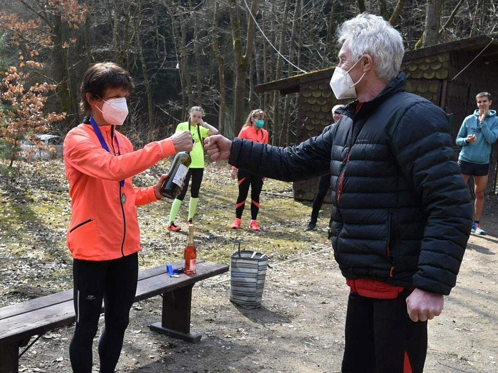 Dvacátým závodem skončil Zimní koronavirový pohár běžců AK Drnovice. Nejpilnější účastnicí byla Marie Hynštová. Na snímku přebírá medaili a cenu od předsedy klubu Zdeňka Smutného.