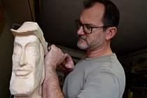 Sochař a řezbář Tomiš Zedník při práci. Vyrábí nové postavy k dřevěnému betlému.