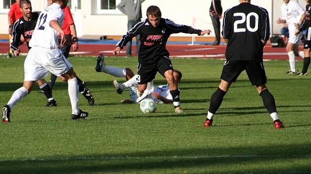 Mezi hráči proniká olomoucký Dominik Richter (v černém).