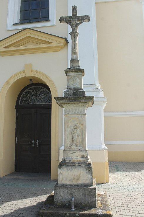 Kříž u kostela Narození Panny Marie.