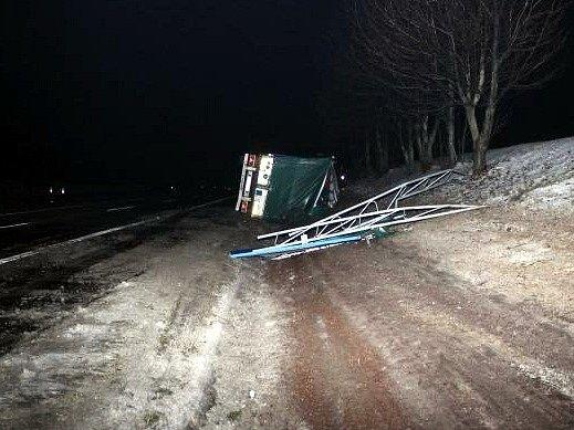 V úterý večer se na dálnici u Rousínova převrátil kamion s rašelinou a zablokoval ji na několik hodin.