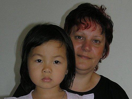 Vietnamská dívka a starající se Jaroslava Plevová.