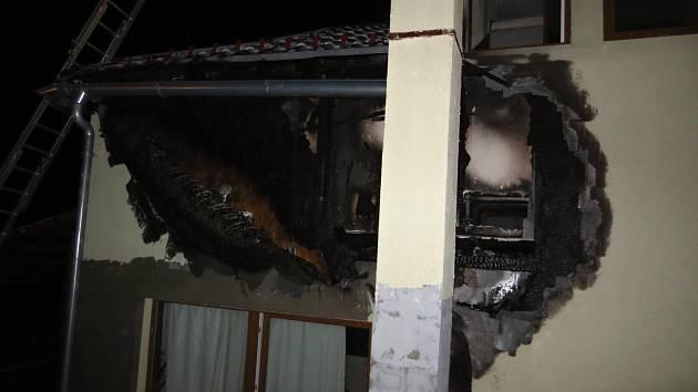 Od komína chytla i střecha rodinného domu.