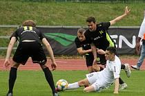 V utkání Moravskoslezské ligy porazili fotbalisté MFK Vyškov (bílé dresy) FC Dolní Benešov 2:0.