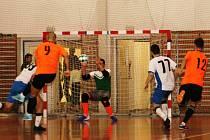 V utkání druhé ligy futsalistů porazil Amor Kloboučky Vyškov (bílé dresy) vedoucí tým soutěže SKUP Olomouc 8:6.