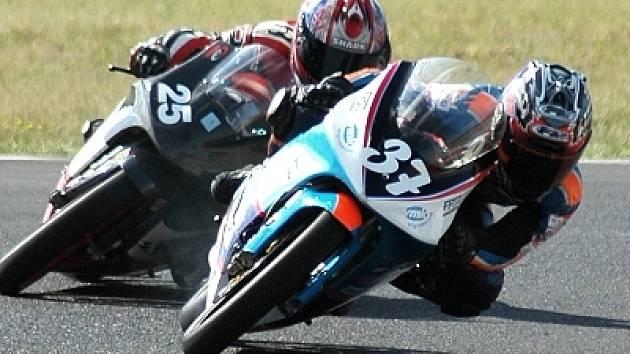 Talentovaný jezdec Karel Májek z Kloubouček (s číslem 37) si to v zatáčce rozdává se soupeřem při jednom  z několika závodů.