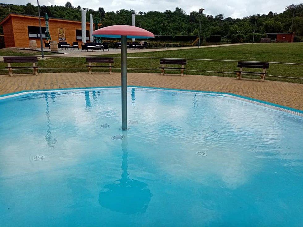 Letní koupaliště s vyhřívanou vodou.