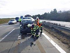 Dvě auta zdravotnické záchranné služby vyrazila ve středu krátce před devátou ráno ke kolizi tří osobních aut, která se střetla na dálnici D1 v okolí 215. kilometru směrem na Brno.