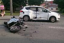 Provoz na silnici I/50 v bučovické ulici Slavkovská zablokovala ve středu nehoda osobního auta a motorky.