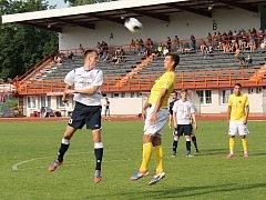 Vyškovští fotbalisté (v bílém) měli proti kroměřížským soupeřům jasnou územní převahu, gólově se ale dokázali prosadit až v závěru zápasu.