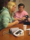 Měření krevního tlaku a hladiny cukru v krvi.