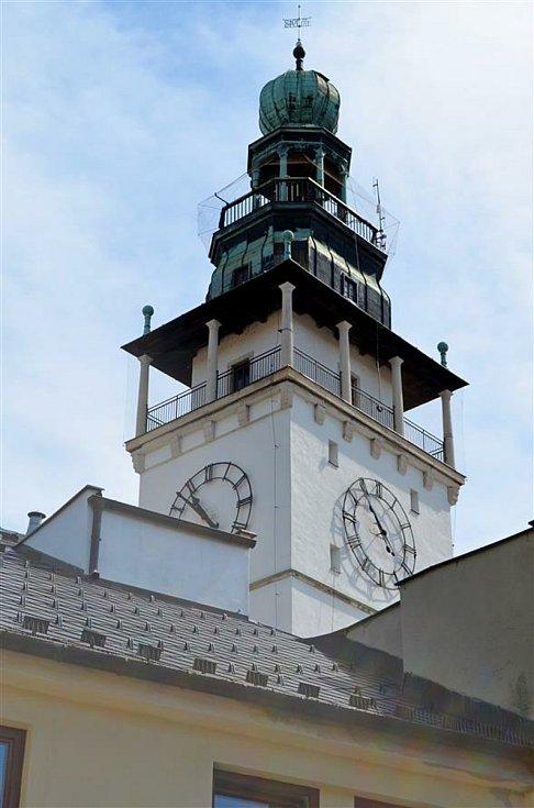 Radniční věž dostala nová okna, dveře a síť proti holubům.