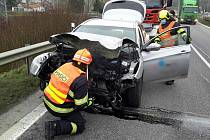 Srážka osobního auta a uvolněného kola z náklaďáku na silnici I/50 u obce Nevojice.